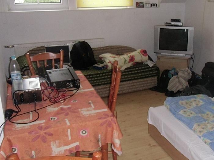 Dafür standen die Funkgeräte neben dem Bett.